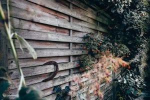 Houten schutting in de tuin