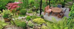 Houten tuinset in de tuin