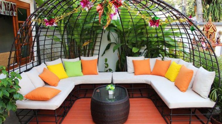 Loungebanken in de tuin