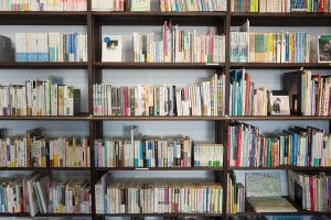 Open opbergkast met boeken