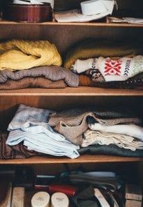 Opgevouwen kleding in een garderobekast