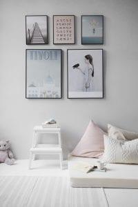 Verschillende fotolijstjes in de slaapkamer