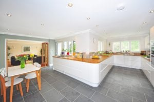 Witte keuken met houten blad