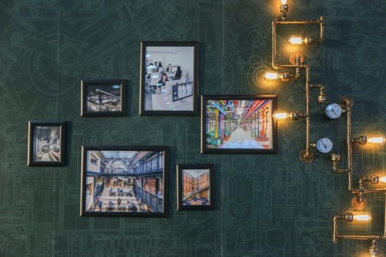 Foto's aan de muur
